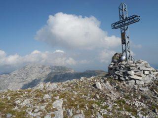 La croce principale e il Mongioie sullo sfondo