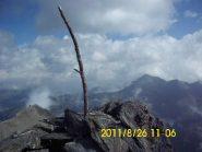 Solo un ramo su un monticello di pietre segnala la cima
