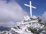 La croce di vetta in veste invernale