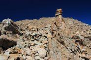 il percorso nella pietraia è sempre ben segnalato da numerosi ometti (28-8-2011)