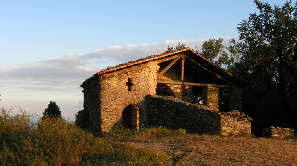 La chiesa romanica quasi al tramonto...