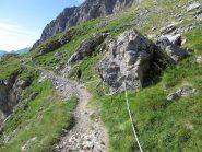Il sentiero oltre la parete rocciosa