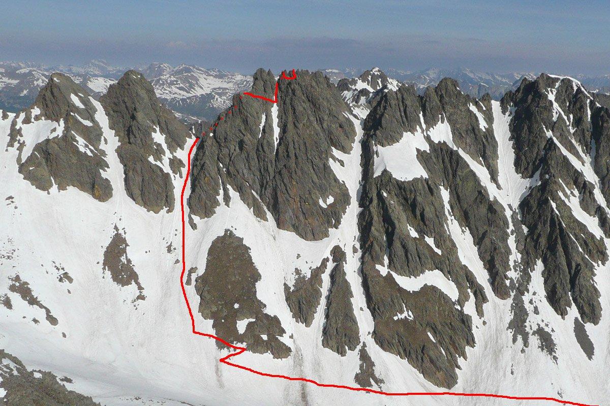 Il percorso visto dalla rocca Rossa. I puntini indicano i tratti nascosti alla vista