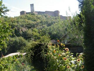 Il Castello visto dal sentiero di accesso