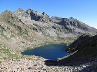 Lago di Valscura Inferiore, ben visibile il sentiero a sinistra