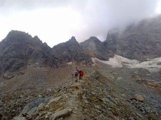 Il sentiero sulla dorsale che sovrasta il ghiacciaio della Capra