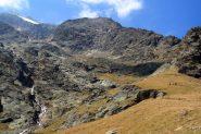 in alto, sopra il costolone roccioso appare la Mischabel Hutte (10-9-2011)