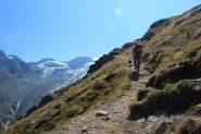 Claudio sale nella parte bassa del sentiero per la Mischabel Hutte (10-9-2011)