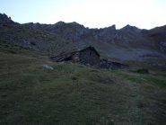 vecchio alpeggio nel vallone sotto il colle Rosset...