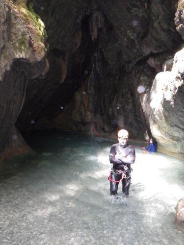 Ugo con la grotta sullo sfondo