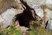 Entrata vecchia miniera sul sentiero  poco sotto il rifugio Crespi.
