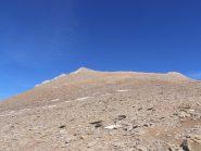 07 - superate le placche rocciose un fine ghiaione fino alla cima