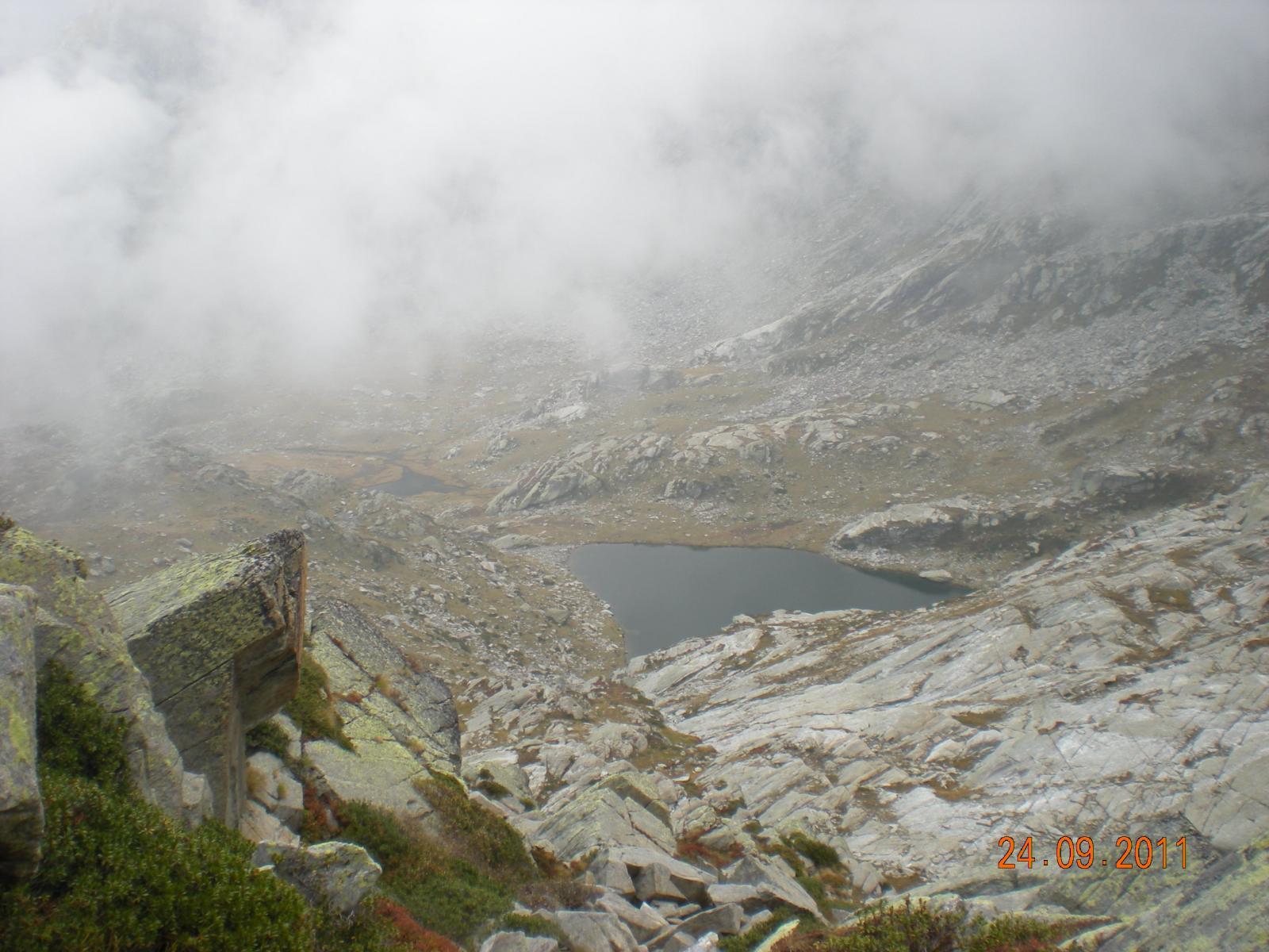 uno sguardo sul Lago Nero dal Passo del Maccagno