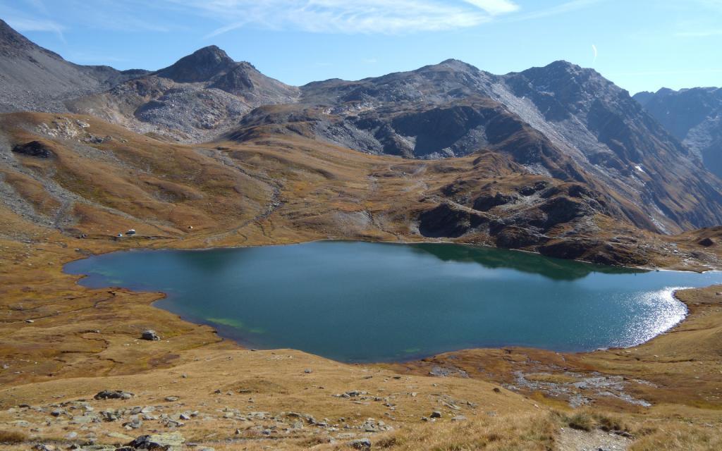 Uno dei laghi e col Fenetre al centro.