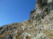 Quota 2790m. : punto in cui si lasciano i segni bianchi-rossi per seguire la cengia verso la cresta. Vecchi segnavia cerchiati