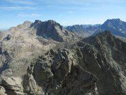 In primo piano la cresta che va dall'antecima alla cima, sullo sfondo il M.Matto