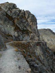Sentiero scavato nella roccia oltre il Colle della tesina