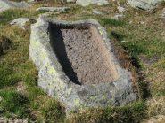 Vasca in pietra presso le baite semi-diroccate