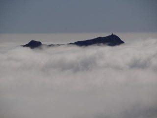 Mombarone e Tre Vescoivi emergono dal mare di nubi