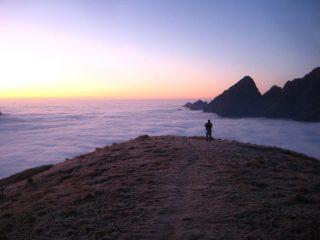 mare di nubi all'alba