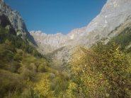 A metà del vallone della Madonna, al centro, il tratto di sentiero ripido