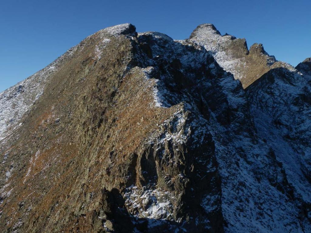 salendo dopo l'antecima, vista sui Becchi Ovest ed Est di Rostagno, a dx il Becco Alto di Ischiator