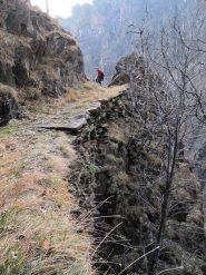 All' uscita del vallone, sentiero su muretti a secco