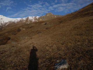 ...salire a sx dei gruppi rocciosi che nascondono la Rocca Pergo