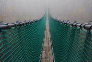 Il ponte tibetano, che termina nella nebbia.