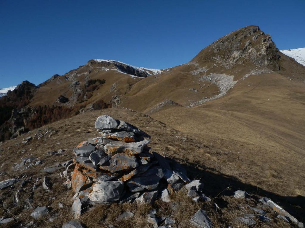 dalla Rocca la Croce, vista sul percorso di salita, a sx sopra la pietraia aggirando la cima rocciosa/erbosa