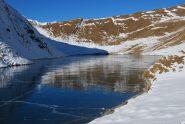 Il Lago di Liconi, con la superficie ghiacciata e la crosta fessurata
