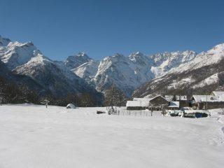 Il piano dell'Albone a quota 1400 m e l'intero arco delle Alpi Graie