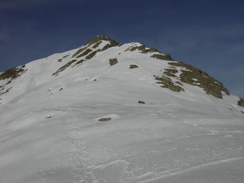 Il tratto roccioso iniziale della cresta.