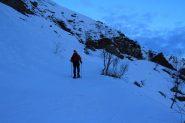 salendo lungo la stradina del Vallone di Traversagn (10-12-2011)