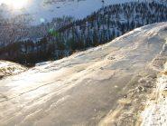 Il tratto ghiacciato a quota 2050 m che sconsiglio di percorrere in auto (anche a piedi sono caduto, non avendo ancora messo le ciaspole)
