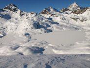 In basso Lago del Miserin, sullo sfondo da sinistra Bec Costazza (3092 m), Torre Ponton (3101 m), Punta Tersiva (3513 m)