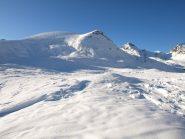 Il monte Rascias da quota 2410 m, visibile i tralicci della linea proveniente dalla Francia