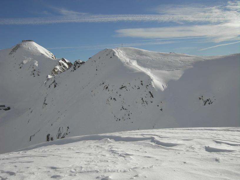 L'altra cima con antenna del soccorso alpino.
