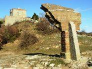 Forte Puin; in primo piano un masso di Calcare del Monte Antola, pietra caratteristica della zona