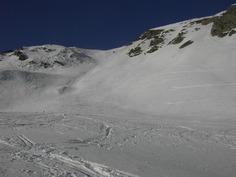 Dal ripiano il pendio-canale per Passo Guretta.