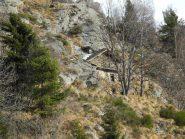 case in mezzo alle rocce