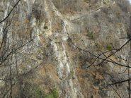 la mulattiera attraversa la parete di roccia