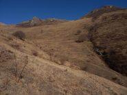 scendendo nella Valle di Piantacotta, uno sguardo indietro; a dx il Tagliarè, a sx le Rocche Calere