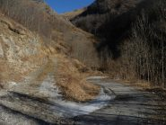 la sterrata dove inizia la gita e c'è l'imbocco della Valle di Piantacotta