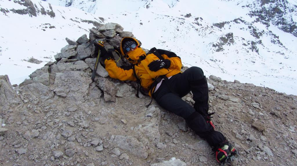 la prode Manuela sdraiata in vetta per ripararsi dal forte vento ! (7-1-2012)