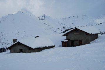 L'alpeggio di Les Ors, con, nella nuvolosità, la cresta che delimita il vallne di Planaval.