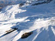 In discesa dal Monte Rascias verso Monte Dondena, ancora neve modellata dal vento come roccia nel deserto