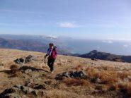 in prossimità della cima con lo sfondo di Genova