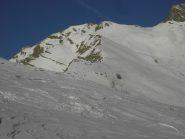 Al centro la vetta e la cresta,a dx in basso il percorso del vallone.