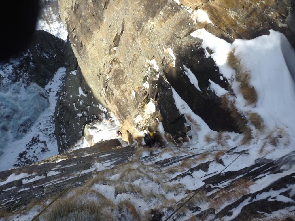 Gianluca impegnato a trovare un pò di ghiaccio nel diedro del quinto tiro